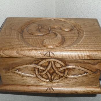 Caja motivos celtas tallada en castaño