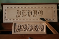 Letra gtica en relieve y Chip Carving