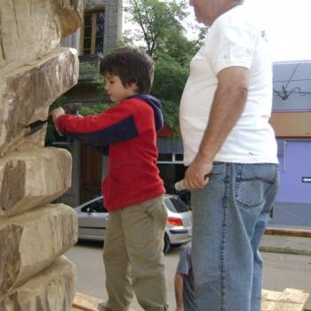 Hugo Da Silva transmitiendo el amor por la talla a su nieto