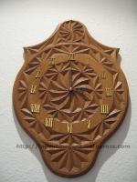 Reloj de pared tallado en madera de roble